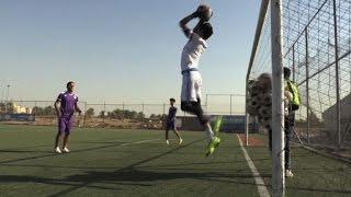 اشارات المدرب العراقي كاظم فليح للاعبيه تعوض فقدانه صوته |