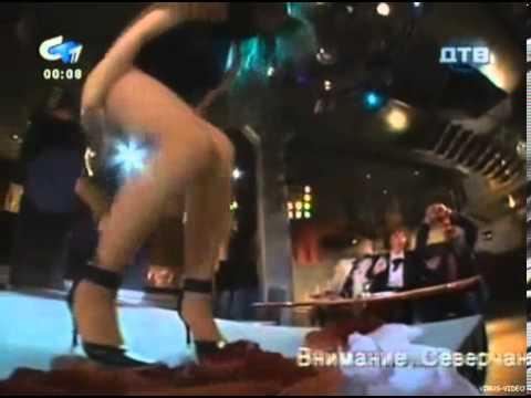 美女走伸展台突然被掀裙...