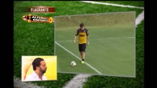 Leandro Donizete treina com bola na Cidade do Galo
