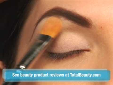 Makeup tutorial: The Classic Pin-Up Girl, For more makeup tutorials go to: http://www.totalbeauty.com/how-tos/make-up Dita Von Teese's makeup artist shows you how to master her look for Halloween. Th...