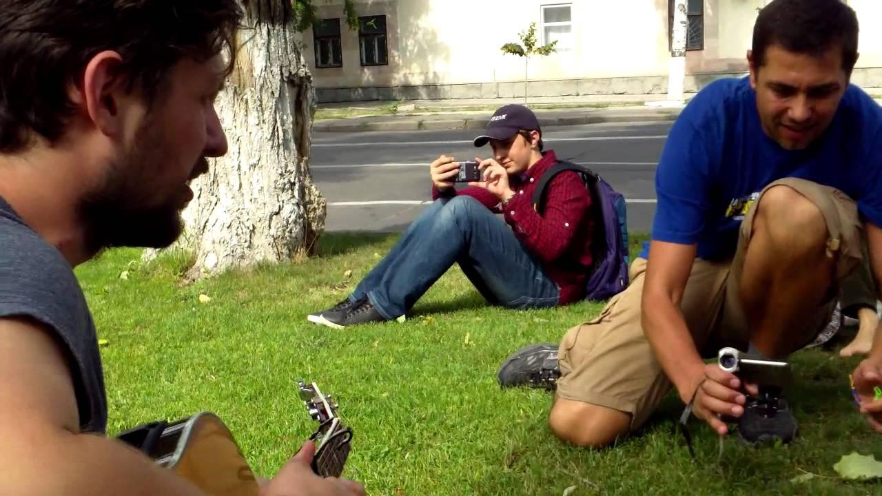 Un ucrainean a cîntat la chitară imnul țării sale în fața ambasadei ruse