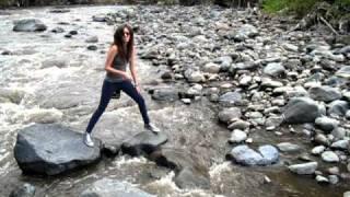 Chica cae al rio