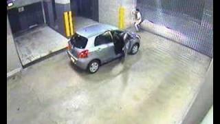 車を動かしたまま、駐車場のシャッターを開けようとする無謀な男性。