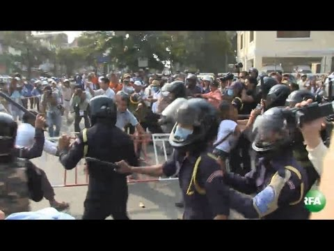Clash between Phnom Penh Security Guarder and Demonstrators
