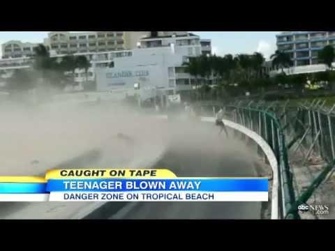 Adolescente sale volando por turbinas de avión
