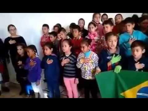 Crianças Escola Santo Tomás cantando o Hino Nacional