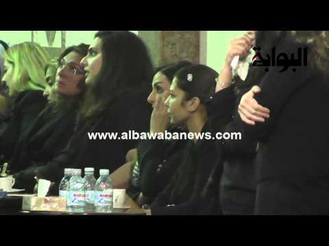 فضيحة بالفيديو : أصالة نصري تدخن و تستمع للقرآن الكريم في جنازة شقيقها