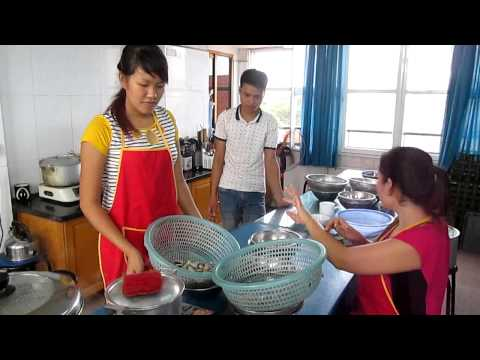 Dạy cháo dinh dưỡng, vợ chồng bạn Ngô Minh Hòa, đến từ TP Băc Giang, chiều 17 8 2014, tại Nữ Công Gi