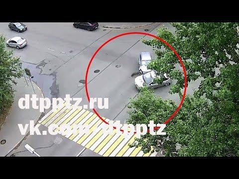 На улице Анохина после столкновения опрокинулся автомобиль