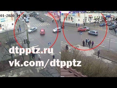 На улице Красноармейская после столкновения двух автомобилей пострадали два пешехода