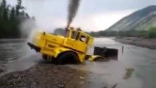 川を渡るトラクター。渡るというより沈んでるw