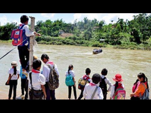 Hàng trăm học sinh mạo hiểm mỗi ngày đu dây qua sông