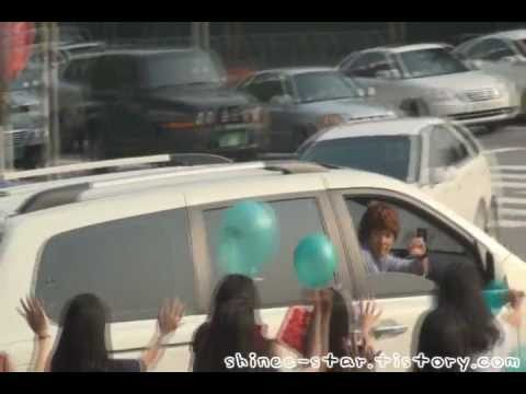 [fancam] 110709 SHINee Onew &amp; Minho - ending + waves hand on car @ MC