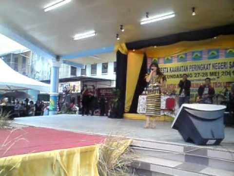 Adira Af8 - nyanyi lagu dusun di pesta kaamatan kundasang 2011
