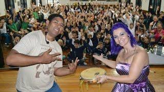 L�ia Cassol encanta alunos do Ensino Fundamental