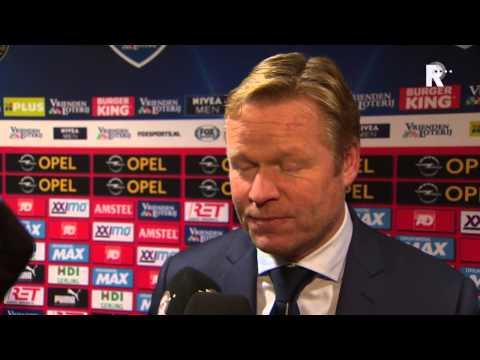 Trainer Ronald Koeman in gesprek met Jan Dirk Stouten