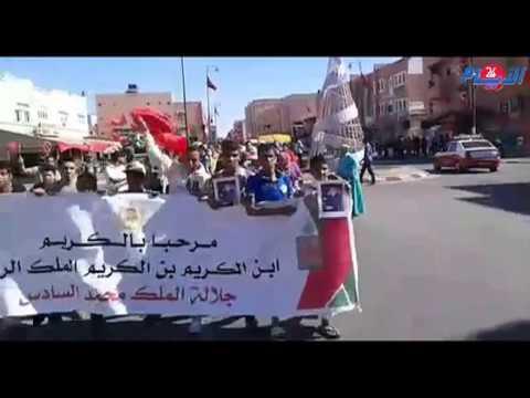 مغاربة في شوارع مدينة العيون احتفالا بزيارة الملك محمد السادس