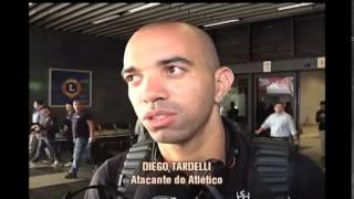 Torcedores atleticanos recebem jogadores no aeroporto em Curitiba