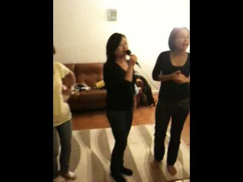Karaoke nha Phuong Huy Tieng chay tren soc bom bo
