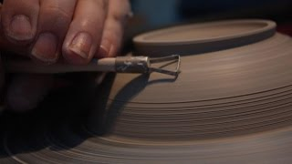 Piezas de cerámica en torno alfarero
