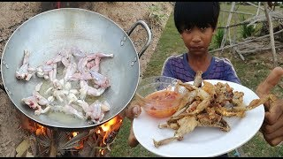 Wow!! 2 Smart Boys Cook Frog For Dinner / How To Cook Frog In Cambodia