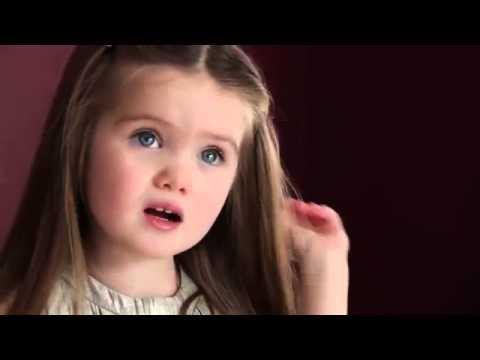 სამი წლის გოგონა თმას კიბოთი დაავადებული ბავშვების გამო იჭრის