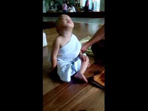 Bé con chống chọi với cơn buồn ngủ khi ngồi thiền