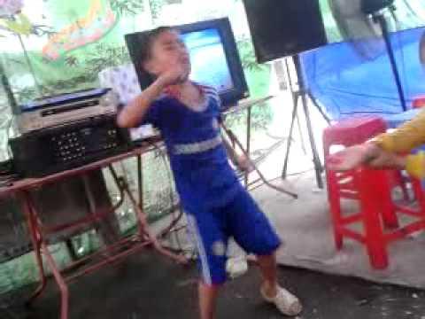 Cậu Bé nhảy dance đám cưới
