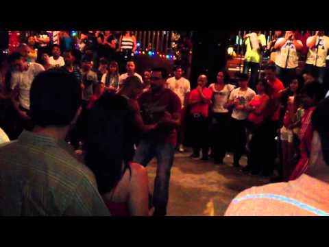 Dos hombres bailando guajira en guavate