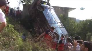 Yolcu midibüsü bahçeye devrildi: 1 ölü, 38 yaralı