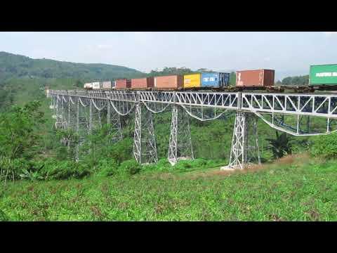 Kereta api barang melalui jembatan Cikubang