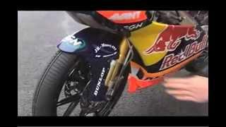 Conduciendo moto sobre mojado