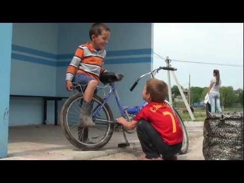 Doi copii și o bicicletă