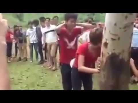 Dụ bạn gái đến gốc cây rồi chơi tập thể