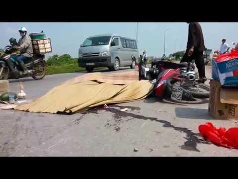 Mới: Xe máy trượt ngã trước đầu ô tô, 2 người tử v