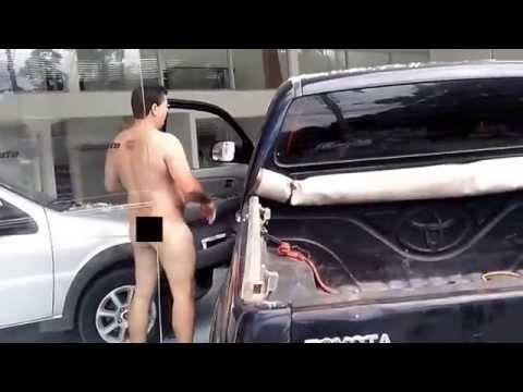 Homem nu invade concessionária de carros em Teófilo Otoni
