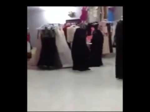 صراع بين سيدتين على ملابس في السوق
