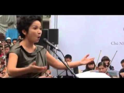 Mỹ Linh hát opera ở vỉa hè