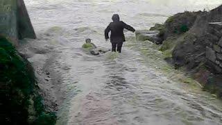 Personas arrastradas por el mar