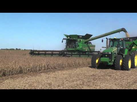 John Deere S680 in Soybeans