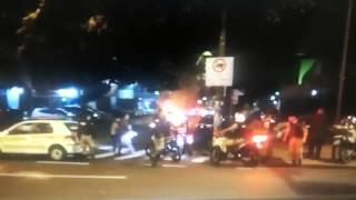 Carro pega fogo em rua do Bairro Lourdes, em Belo Horizonte