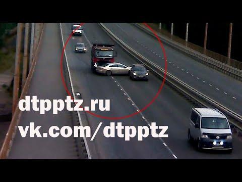 На Лесном проспекте самосвал протаранил легковой автомобиль