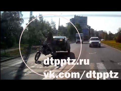 Утром на набережной Варкауса легковой автомобиль наехал на мотоцикл
