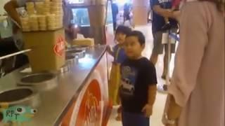Simpática broma de un vendedor de helados a un niño