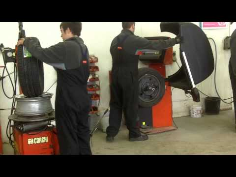 New Zealand Invercargill poniendole las High Grip Tyres al auto