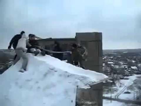 Śmieszny filmik - Rosja i szalone skoki z bloku na sankach
