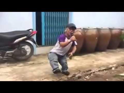 Chàng lùn 1 m cover 'Quay về đi em' khiến dân mạng chú ý