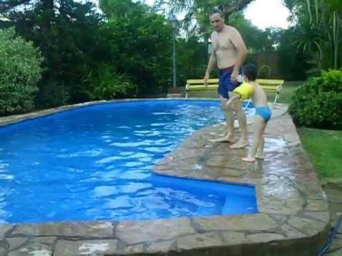 MATEO Y CARLOS piscina.AVI