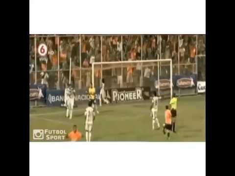 Cầu thủ đánh đầu phản lưới nhà một cách ngớ ngẩn