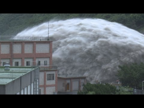 Extreme Dam Flood Waters Typhoon Trami - 颱風潭美石門水壩